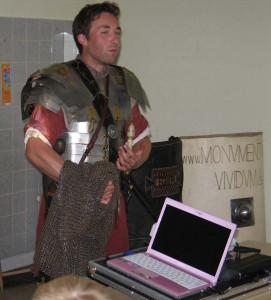 Ein Römer mit Laptop: Herr Geisberger in voller Rüstung