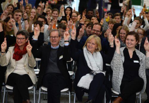 """Die nordrhein-westfälische Ministerpräsidentin Hannelore Kraft besucht anlässlich der """"Woche des Respekts"""" die Marie-Kahle-Gesamtschule in Bonn am Dienstag, 15. November 2016, um sich mit dem Thema Inklusion zu beschäftigen. Zusammen mit dem Publikum zeigt sie das Zeichen für Respekt in Gebärdensprache."""