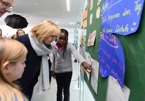 """Die nordrhein-westfälische Ministerpräsidentin Hannelore Kraft besucht anlässlich der """"Woche des Respekts"""" die Marie-Kahle-Gesamtschule in Bonn am Dienstag, 15. November 2016, um sich mit dem Thema Inklusion zu beschäftigen."""